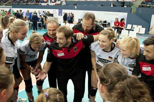 Große Freude im deutschen Team nach dem Sieg über Bulgarien. © CEV