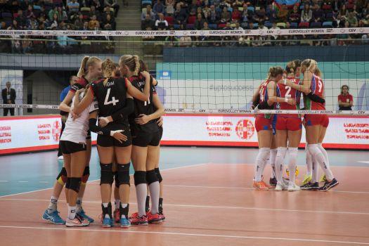Das deutsche Team (in Schwarz) verlor gegen den Gastgeber. © CEV
