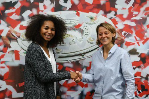 Laura Georges wird von FCB-Teammanagerin Bianca Rech begrüßt. © FCB