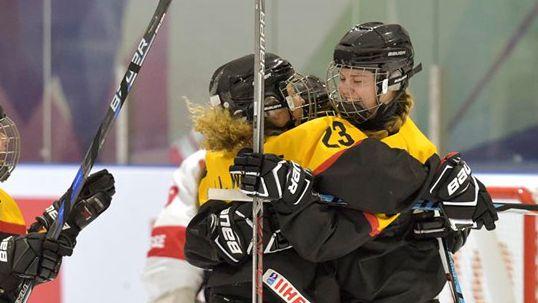 Deutschlands Naemi Bar #5 jubelt mit Lilli Welcke #23 nach dem Tor gegen die Schweizerinnen. © Steve Kingsman/HHOF-IIHF Images