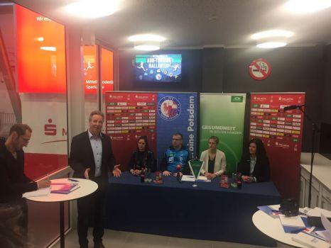 In der MBS Arena bei der Pressekonferenz dabei waren Daniela Teichert, Mitglied der Geschäftsführung der AOK Nordost, Trainer Dirk Heinrichs und Spielerin Sarah Zadrazil. © Turbine Potsdam