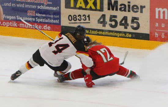 Voller Einsatz beim Spiel der DEB-Frauen gegen Ungarn. © Uwe Fuchs
