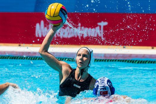Wasserball-Spielerin Jennifer Stiefel im EM-Spiel gegen die Türkei. © DSV/Marcel ter Bals