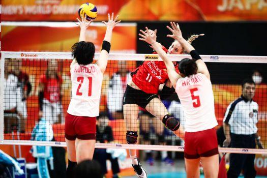 Volle Kraft: Louisa Lippmann schmettert in den japanischen Block. © FIVB