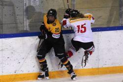 Daria Gleißner (#20) setzt sich gegen die Schweizer Spielerin an der Bande durch. © Peter Gemsjäger