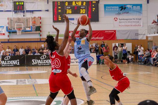 Tonisha Baker (am Ball) war im Heimspiel gegen den TSV Wasserburg Topscorerin und erzielte acht der letzten elf Marburger Punkte. © Christoph Luchs