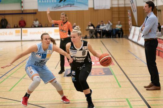Vor den Augen des gegnerischen Coaches: Anni Mäkitalo lieferte ihre bislang beste Leistung im Angels-Trikot ab. © Martin Fürleger