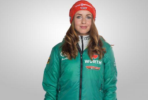Juliane Seyfarth gewinnt den ersten Skisprung-Weltcup der Saison. © DSV