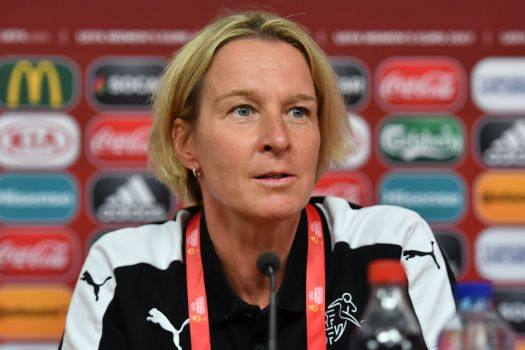 Martina Voss-Tecklenburg, hier bei einer Pressekonferenz 2017, gibt einen Ausblick auf ihre Pläne mit den DFB-Frauen. © By Ailura, CC BY-SA 3.0 AT, CC BY-SA 3.0 at