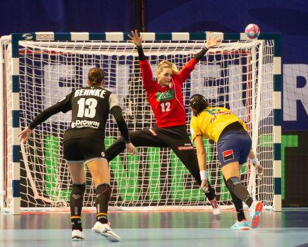 Sowohl gegen Norwegen als auch gegen Rumänien stand Dinah Eckerle von Beginn an zwischen den Pfosten © Michael Schmidt - Michael Photography
