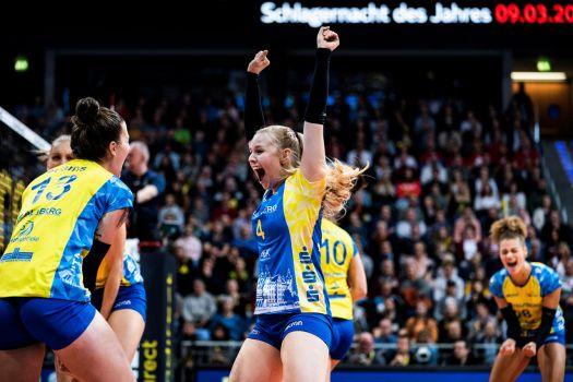 Überglücklich nach dem knappen Sieg: Schwerin und Stuttgart ziehen ins DVV-Pokalfinale ein. © Sebastian Wells
