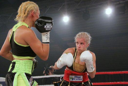 Tina Rupprecht hielt sich die Gegnerin aus Venezuela gut auf Abstand. © Petko's Boxpromotion