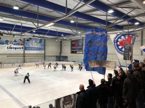 Ein großes Fanaufgebot unterstützte die Frauen des ERC Ingolstadt beim Derby. © Sportfrauen
