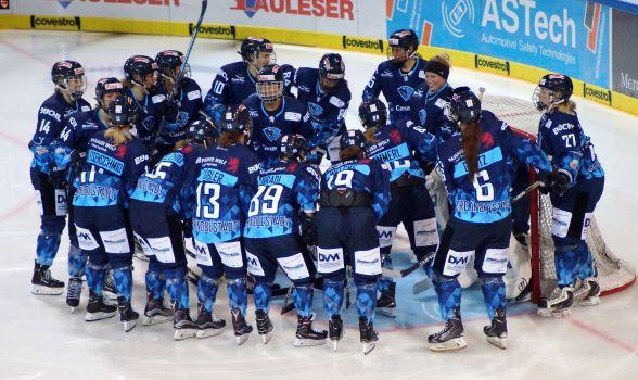 Die ERC Ingolstadt Frauen siegt im Penalty-Schießen gegen Bratislava. © Andy Friedemann