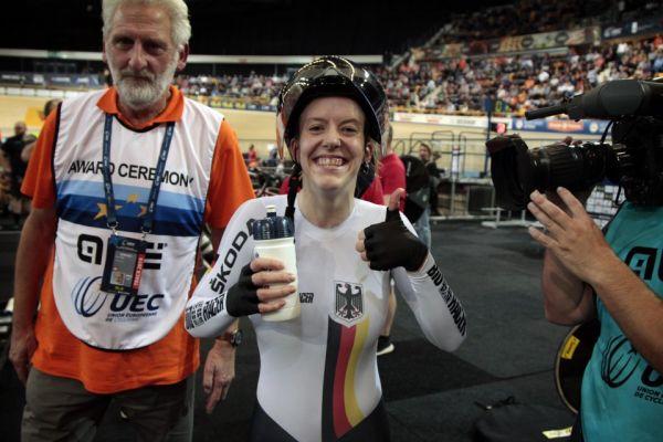 Nach gewonnenem Finale: Franziska Brauße schreitet strahlend zur Siegerehrung. © BDR