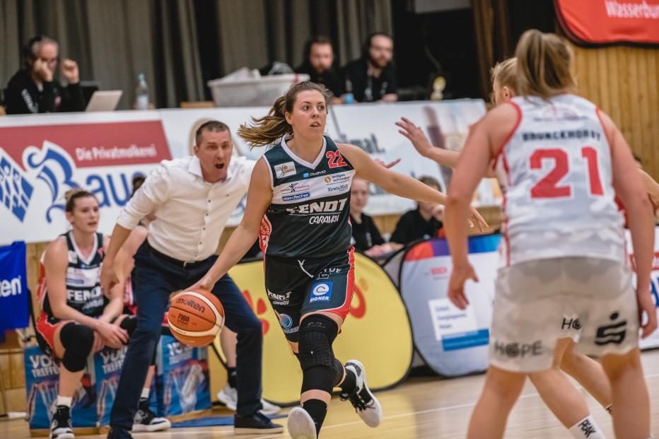 Angels-Coach Tony Imreh treibt Kapitänin Laura Geiselsöder an. © Martin Fürleger