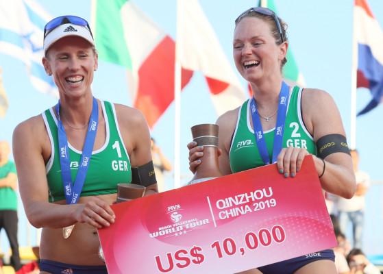 Das Beachvolleyball-Nationalteam Karla Borger/Julia Sudeholt in China die erste gemeinsame FIVB-Goldmedaille. © FIVB