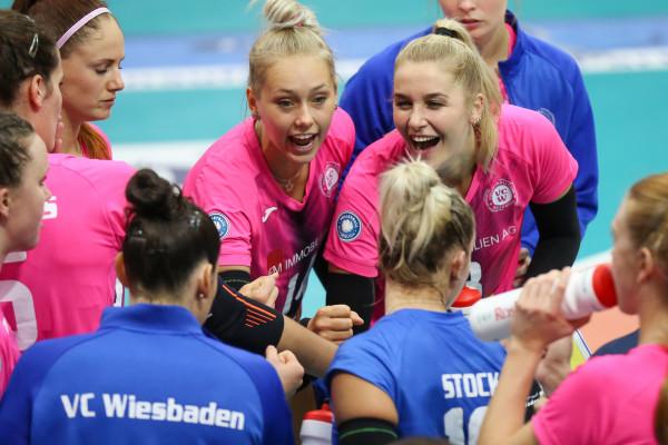 Lena Vedder und Nynke Oud feuern das Team beim Spiel gegen Stuttgart an. © Detlef Gottwald