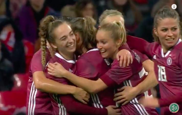Jubel bei den DFB-Frauen nach dem Siegtreffer von Klara Bühl gegen England. © Screenshot Youtube