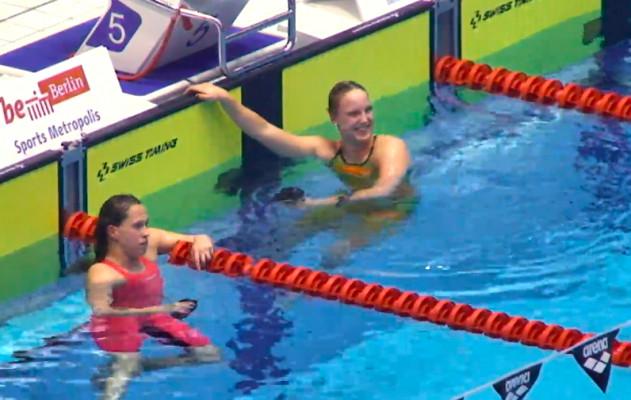 Isabel Gose (r.) schlägt Sarah Köhler über 400 m Freistil. © Screenshot