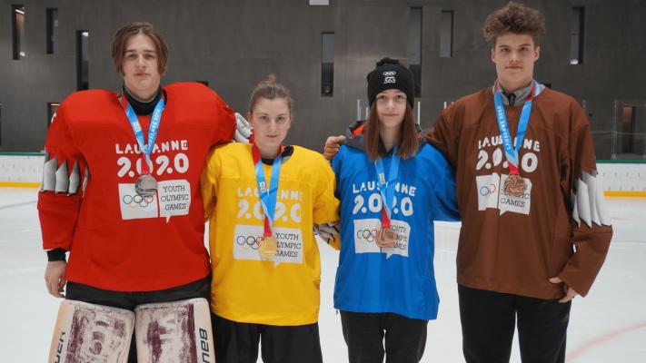 Vier Medaillen im Eishockey, zwei für Leonie Böttcher und Maja Stöber. © DOSB