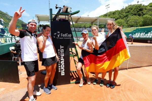 Jubel beim Fed Cup Team: (v.l.) Rainer Schüttler, Tatjana Maria, Laura Siegemund, Anna-Lena Friedsam und Antonia Lottner © DTB