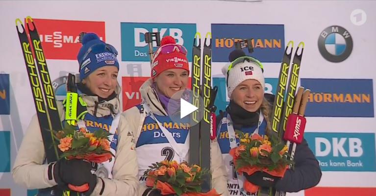 Glückliche Gesichter bei der Siegerehrung beim Biathlon Weltcup in Kontiolahti. © Screenshot ARD