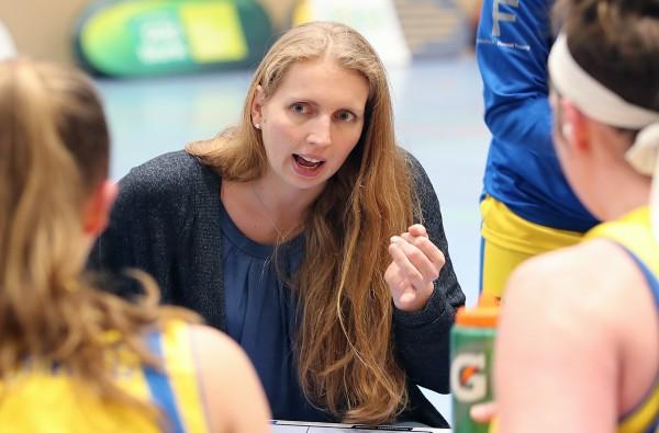 Auch Theorie gehört für Profi-Basketballerinnen dazu – das weiß Juliane Höhne. © Susanne Hübner