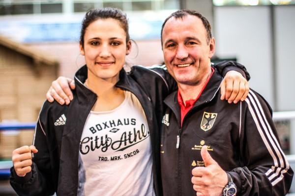 Boxerin Sarah Scheurich mit ihrem Trainer Michael Timm. © Sebastian Heger