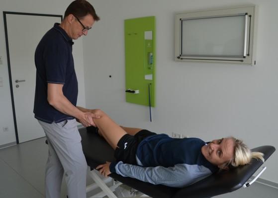 Dr. Lars Irlenbusch bei der sportorthopädischen Untersuchung von Markéta Jeřábková. © HaJo Steinbach
