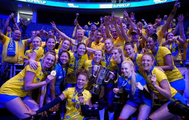 Die Damen des SSC Palmberg Schwerin jubeln beim Supercup 2019 mit den Fans. © midigrafie