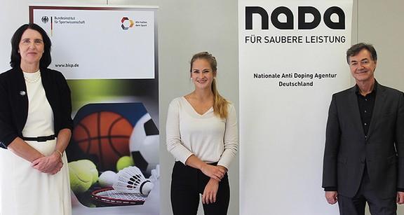 (v.l.) Dr. Andrea Gotzmann (NADA), Amélie Ebert (Athleten Deutschland e.V.), Ralph Tiesler (Bundesinstitut für Sportwissenschaft © NADA