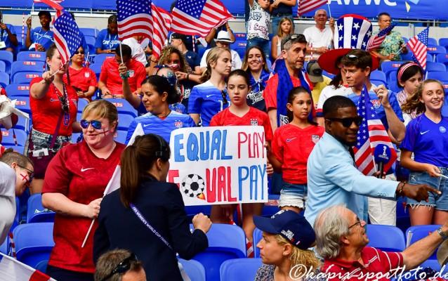 """Die amerikanischen Fans unterstützten auch bei der letztjährigen Weltmeisterschaft in Frankreich ihr Team bei der """"Equal Play, Equal Pay"""" Kampagne. © Marion Kehren / Kapix Sportfoto"""