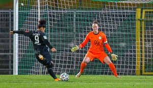 Almuth Schult bei ihrem Comeback im Testspiel gegen Frankfurt. © Boris Schmelter