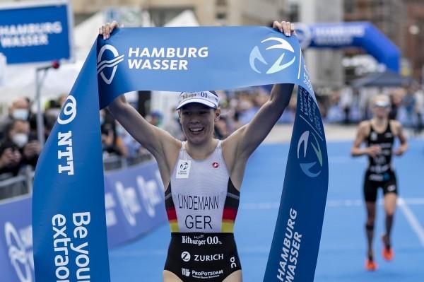 Laura Lindemann jubelt über ihren Sieg beim Hamburg Triathlon. © Jo Kleindl