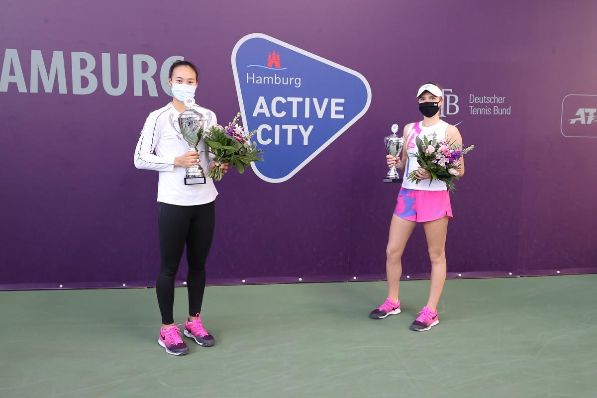 Siegerin_Qinwen Zheng (l) und Finalistin Linda Fruhvirtova_(c)_DTB_Claudio Göärtner.JPG