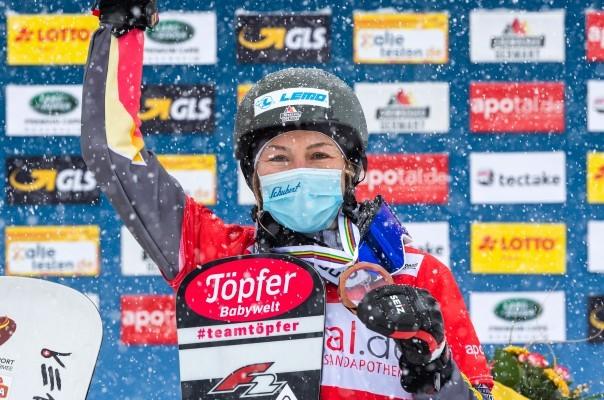 Selina Jörg verabschiedet sich mit einer Medaille von der Snowboard-Karriere. © Miha Matavz/FIS