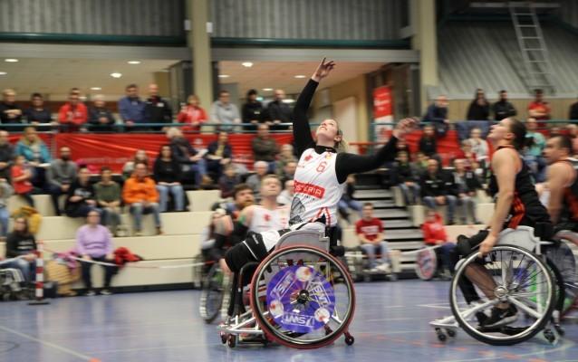 Nathalie Ebertz (in Weiß) spielt Rollstuhlbasketball in der Bundesliga. © Emilie Haag