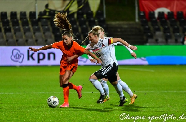 Alex Popp im Zweikampf mit Lieke Martens. © Marion Kehren