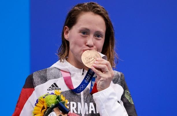 Sarah Köhler mit der historischen Bronzemedaille. © GettyImages/Discovery