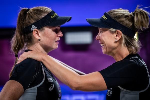 Julia Sude (l.) und Karla Borger nach ihrem Sieg beim World Tour Finale. © FIVB