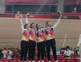 Franziska Brauße, Lisa Brennauer , Lisa Klein und Mieke Kröger jubeln über die Goldmedaille. © BDR