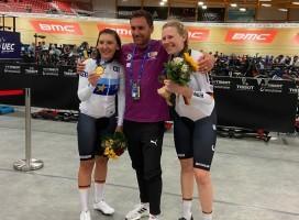 Europameisterin Lisa Brennauer (l.), Bundestrainer André Korff und die EM-Dritte Mieke Kröger. © BDR
