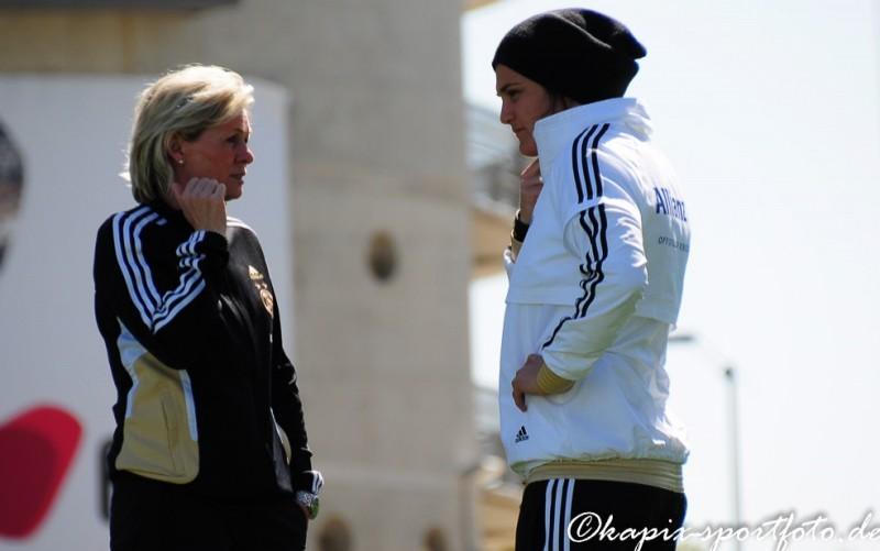 Silvia Neid beim Fachsimpeln mit Nadine Angerer. © Marion Kehren/Kapix Sportfoto