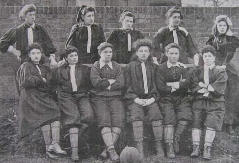 Der British Ladies Football Club mit Nettie Honeyball (hintere Reihe, zweite von links), 1895 © Wikimedia Commons