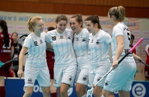 Randi Kleerbaum (Nummer 18) mit der Floorball-Nationalmannschaft. © IFF (International Floorball Federation)