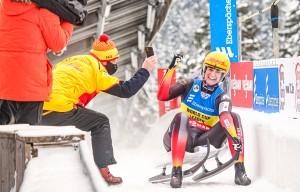 Natalie Geisenberger jubelt über ihren 50. Weltcup-Titel. © FotoManLV
