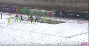 Schneechaos beim Spiel zwischen Wolfsburg und Potsdam. © Screenshot Magenta SPORT