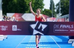 Lisa Tertsch jubelt über den Titel der Deutschen Meisterin. © DTU/Petko Beier